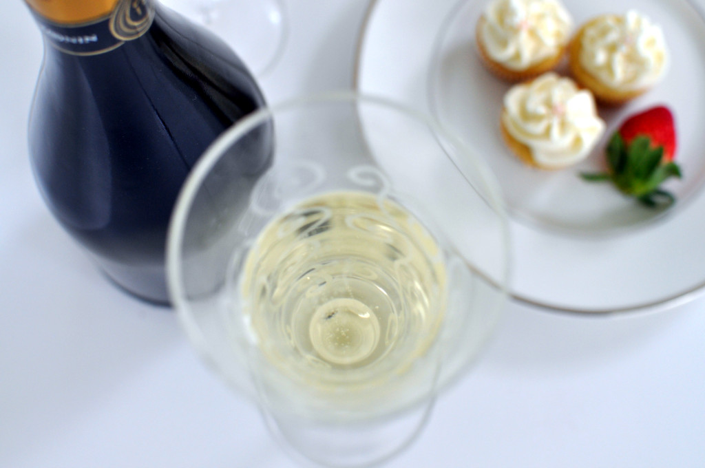 Looking for a treat to ring in the new year? These decadent champagne cupcakes are the perfect treat to celebrate a fresh start! An easy and delish recipe