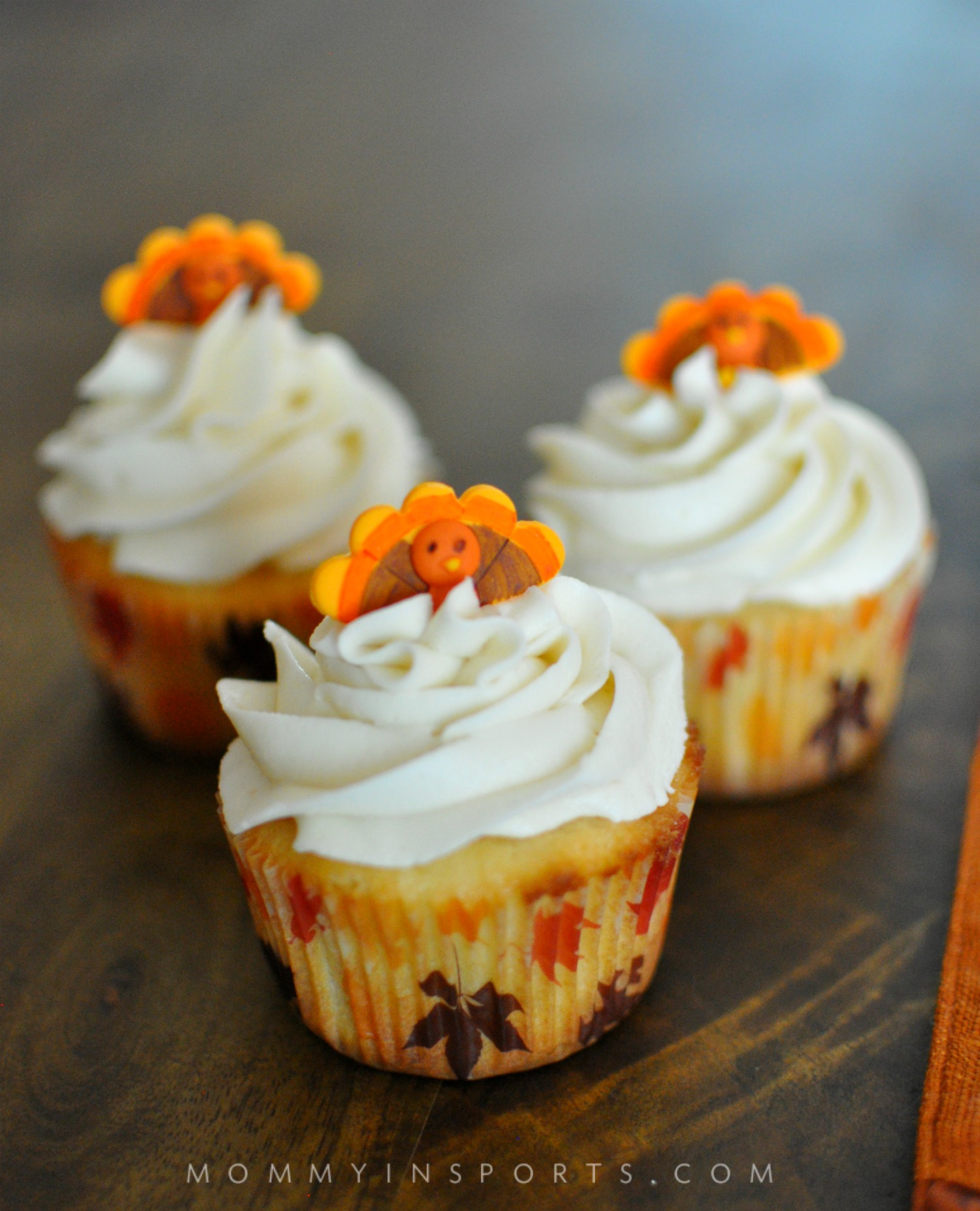 Need a dessert your friends and family will gobble up on Thanksgiving? Try these too cute Thanksgiving Turkey Cupcakes